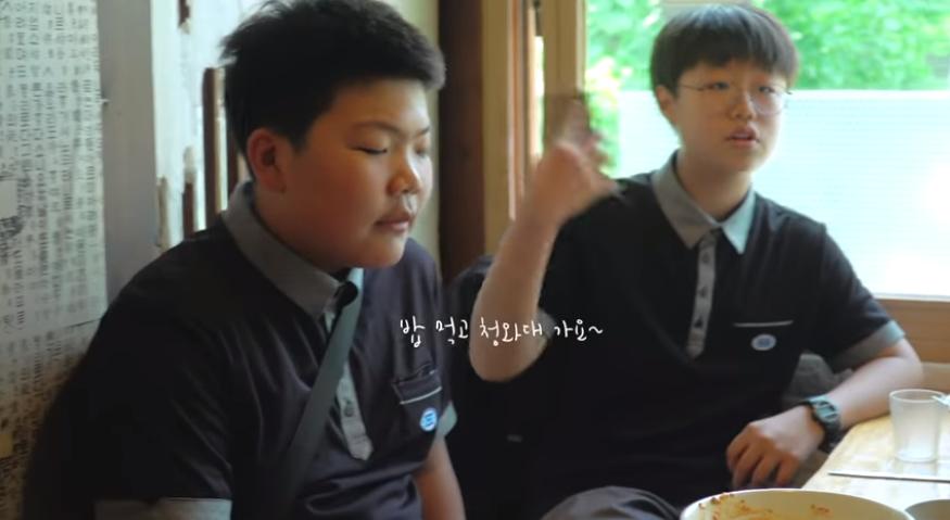식당서 밥 먹다가 뜻밖의 인물 등장에 체할뻔한 중학생들
