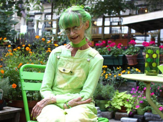 '슈렉 패션?'…무려 20년 동안 녹색 옷만 고집한 여성 ...